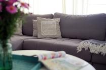 """Elutuba, detailid (sohvapadjad kirjaga """"Home is where your love is"""" Mustrist)/livingroom, details. Foto: Meelis Tomson"""