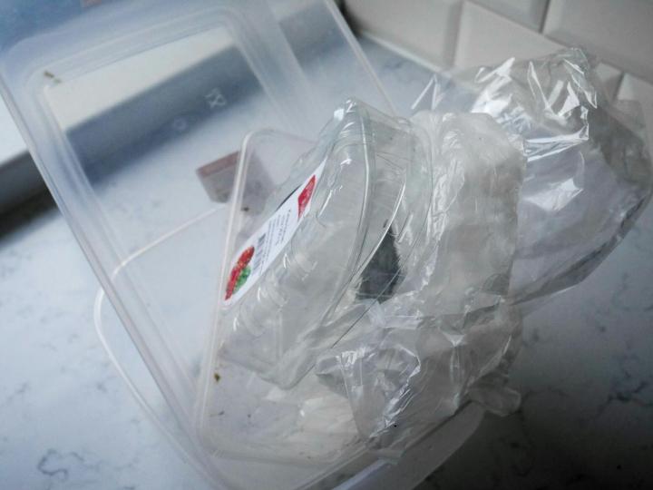 Plastikumägi köögilaual