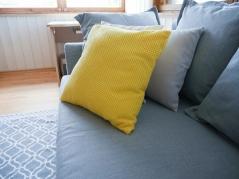 Valgeks värvitud laudis toob tuppa valgust ja laseb sel suuremana paista. Esiplaanil Ikea diivanvoodi Holmsund, kollane padi Jyskist