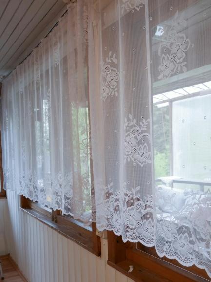 Valgeks värvitud laudis toob tuppa valgust ja laseb sel suuremana paista. Tumedad naturaalsest puidust aknaraamid rõhutavad maakodu rustikaalsust