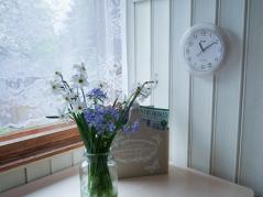 Valgeks värvitud laudis toob tuppa valgust ja laseb sel suuremana paista. Esiplaanil oma aia lilled lihtsas vaasis (u. 4 EUR, Koduextra), ajakirjade tasku samuti Koduextrast (14 EUR)